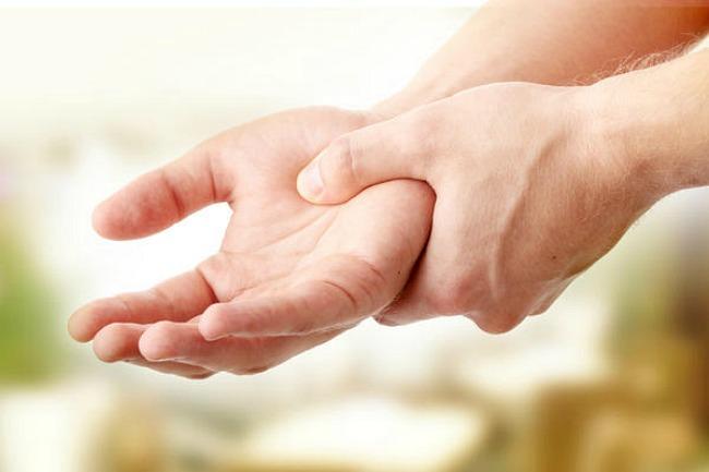 a közös fáj a kisujj a kéz térdfájdalom változó időjárási viszonyok között