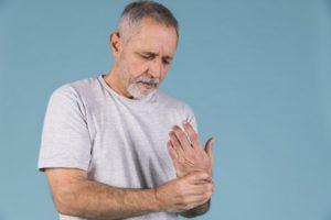 a térd reumás ízületi gyulladásának tünetei ízületi fájdalmak szárnyalnak a fürdőben
