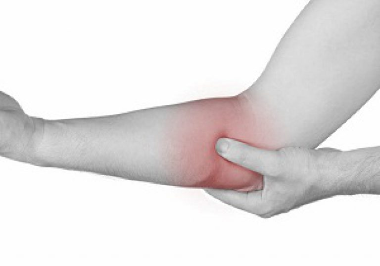 fájdalom a középső ujj nagy ízületében