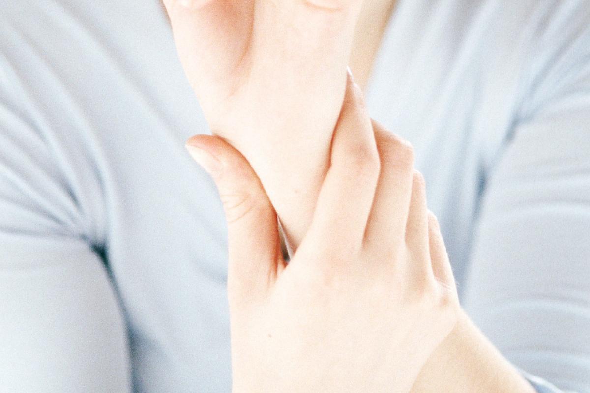 A kézben és az ujjakban jelentkező ízületi fájdalom okai és kezelése