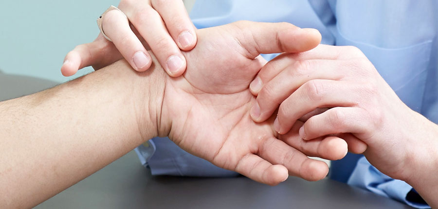 az egyik kéz ujjainak ízületei fájnak