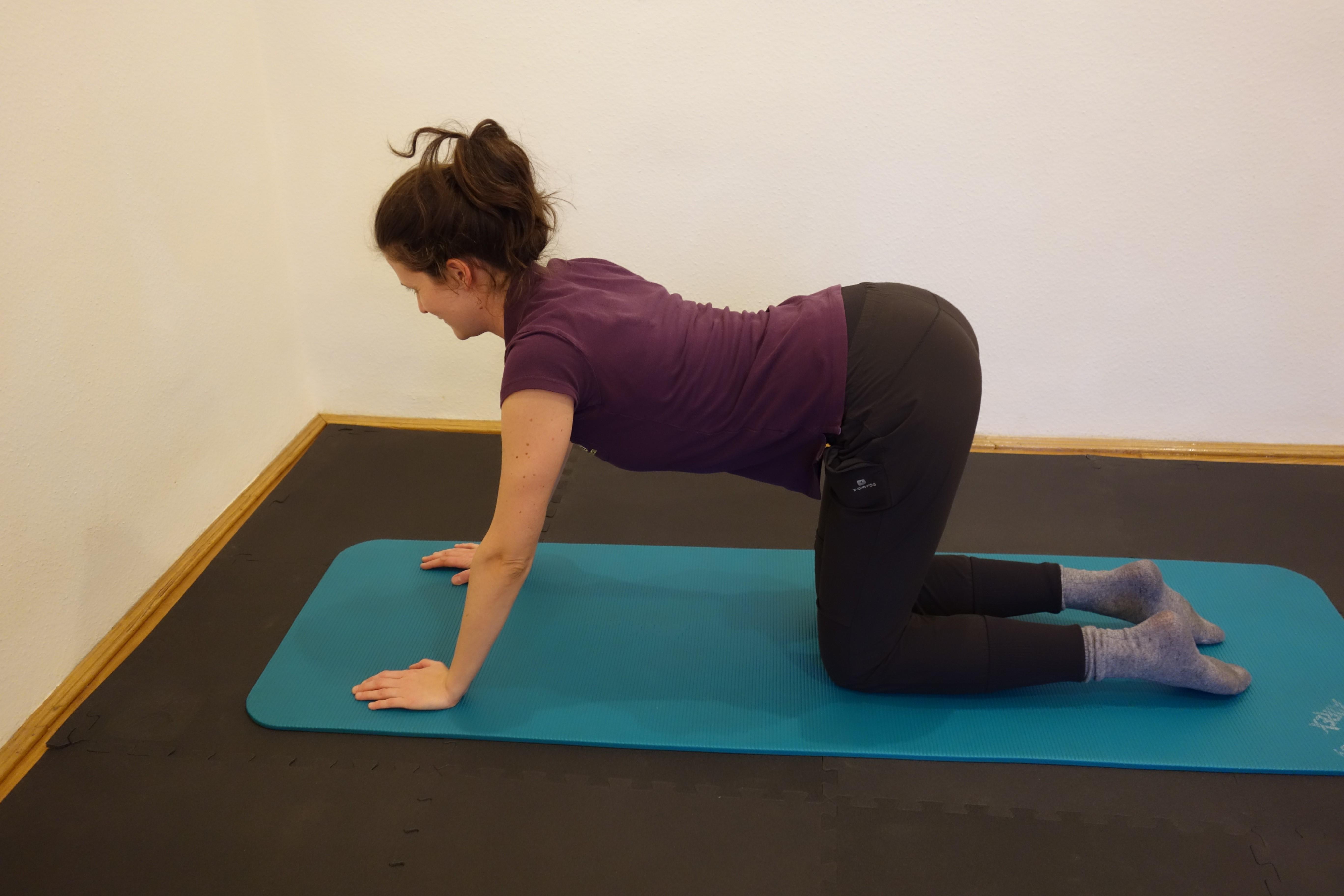 Jógával a derékfájás ellen - Jóga SoS   Yoga videos, Massage techniques, Cardio workout